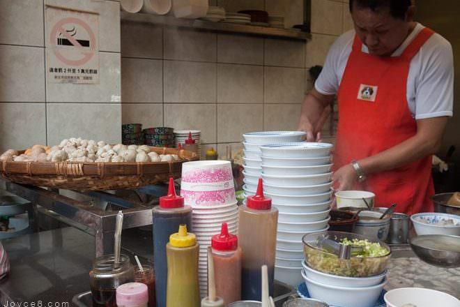 九份老街美食.阿婆魚羹(阿雲麵店),60年老店純手工製作魚丸的好滋味