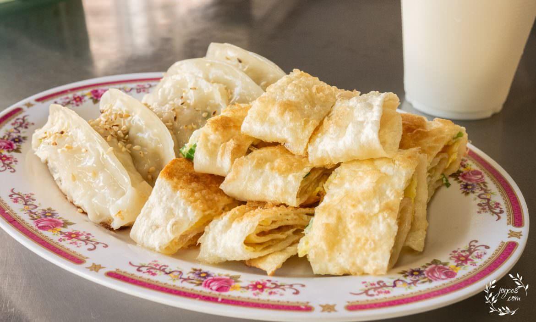 三峽早餐:鍋貼王子,銅板美食,超酥脆蛋餅與高麗菜鍋貼早餐